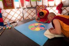 做沙子坛场,这的和尚是西藏传统 免版税库存照片