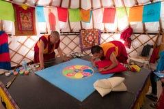 做沙子坛场,这的和尚是西藏传统 图库摄影