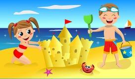做沙子城堡的孩子 免版税图库摄影