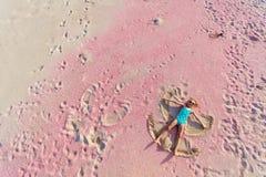 做沙子天使的女孩 库存照片