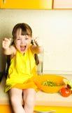 做沙拉的兴奋女孩 图库摄影