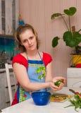 做沙拉蔬菜素食妇女年轻人 免版税库存图片