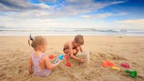做沙饼的孩子小女孩男孩戏剧尝试在海滩 股票视频