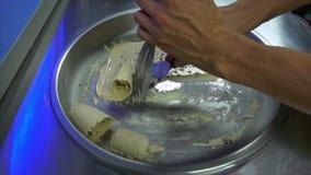 做油煎的冰淇凌的过程用咖啡调味和喘气的米 股票视频