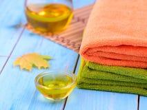 做法和毛巾的芬芳油 免版税库存照片