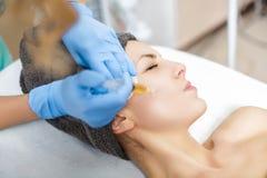 做法Plasmolifting射入 等离子射入到患者的面颊里皮肤  免版税库存图片