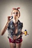 做泡影的可爱的妇女 免版税库存图片