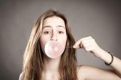 做泡影的妇女 免版税图库摄影