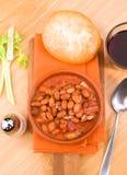 做泥罐用被烘烤的豆和血肠的垂直 库存图片