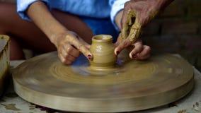 做泥罐的老陶瓷工指南夫人手指在轮子 股票视频