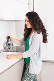 做注入的少妇在厨房里 免版税库存图片