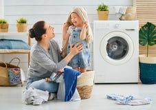 做洗衣店的家庭 免版税图库摄影