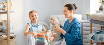 做洗衣店的家庭 免版税库存照片