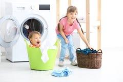 做洗衣店的逗人喜爱的孩子 库存照片