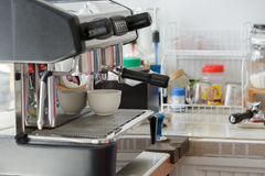 做浓咖啡的专业咖啡机器 图库摄影