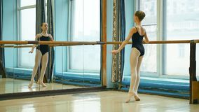 做涮制菜肴锻炼的年轻芭蕾舞女演员 影视素材