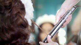 做深色的模型的专业美发师卷发 股票录像