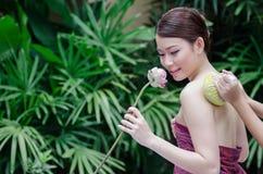 做温泉按摩的美丽的亚裔妇女 库存照片