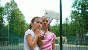 做滑稽的面孔和微笑为selfies的无忧无虑的女孩特写镜头  股票视频