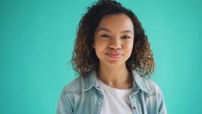 做滑稽的面孔和笑的逗人喜爱的非裔美国人的十几岁的女孩画象  股票录像
