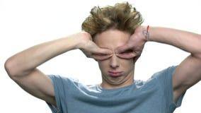 做滑稽的面孔鬼脸的青少年的男孩 影视素材