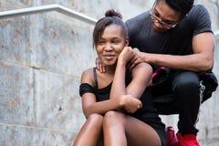 做滑稽的面孔whi的年轻非裔美国人的夫妇画象  免版税图库摄影