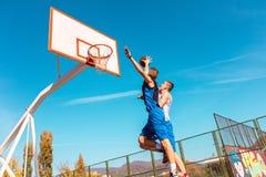 做灌篮的年轻篮球街道球员 库存照片
