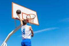 做灌篮的年轻篮球街道球员 免版税图库摄影