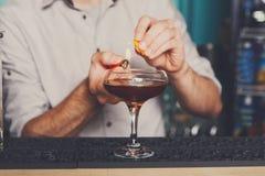 做火焰状鸡尾酒的年轻侍酒者 库存照片