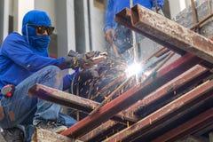 做火花的工作者由焊接钢 库存照片