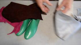 做灰色鞋子的负责任的鞋匠 股票录像