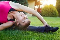做灵活性锻炼的妇女室外 库存图片