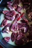 做炖煮的食物鸭子心脏和大蒜 图库摄影
