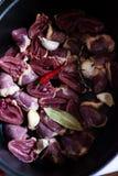 做炖煮的食物鸭子心脏和大蒜 免版税库存图片