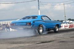 做烟的蓝色普利茅斯汽车显示 免版税库存图片