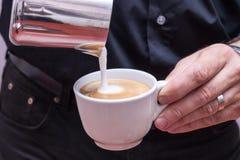 做热奶咖啡的Barista 免版税库存图片