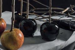 做焦糖黑苹果,在冷却的盘子 库存照片
