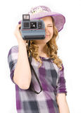做照片偏振光相机的女孩 免版税图库摄影