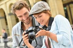 做照片报告文学的年轻夫妇 免版税库存照片