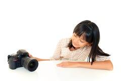 做照片的俏丽的女孩 免版税库存照片