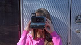 做照片的微笑的女孩在减速火箭的照相机 股票视频