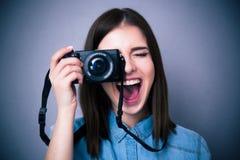 做照片的快乐的少妇在照相机 免版税库存图片