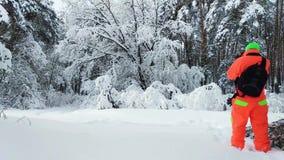 做照片的摄影师冬天多雪的森林 影视素材