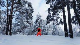 做照片的摄影师冬天多雪的森林 股票视频