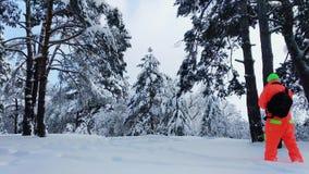 做照片的摄影师冬天多雪的森林 股票录像