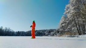 做照片的摄影师在冻湖表面  股票录像