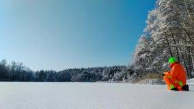 做照片的摄影师在冻湖表面  股票视频