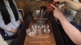 做煮沸的Tiguan茶的茶 股票视频