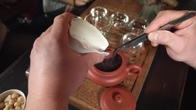 做煮沸的Tiguan茶的茶 影视素材