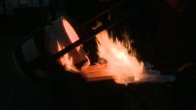 做熔炼金子 影视素材